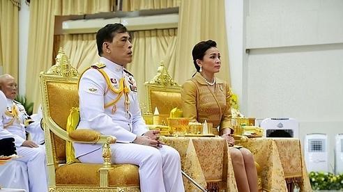 Nhà vua và Hoàng hậu Thái Lan lần đầu xuất hiện giữa biểu tình phản đối