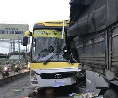 Xe giường nằm tông thẳng đuôi xe tải, lái xe tử vong tại chỗ