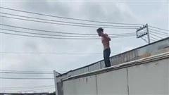 Người đàn ông ngáo đá cầm hung khí chặn xe tải ở quốc lộ 13 rồi 'quậy' khiến người dân hoảng sợ