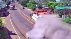 Clip: Xe tải cẩu chở bê tông mất lái, cày nát dải phân cách sau khi va chạm với xe taxi
