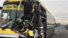 Xe khách nát đầu khi tông vào đuôi xe tải, tài xế tử vong, nhiều hành khách kêu cứu