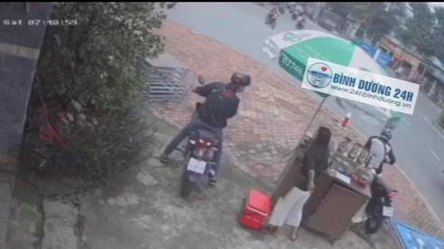 Clip: Hai đối tượng dàn cảnh trộm cắp xe máy ngay tại ngã ba đường ở Bình Dương