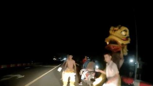 Clip: Nhóm thiếu niên chặn đầu ô tô múa lân để xin tiền trên cầu tối khiến tài xế kinh sợ