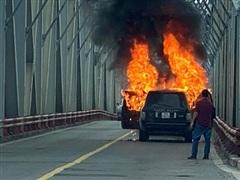 [Video] Cháy xe Range Rover trên cầu Chương Dương, lửa bốc ngùn ngụt