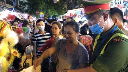 Tiểu thương Hàng Mã bị nhắc nhở vì tự ý treo biển 'cấm chụp ảnh', 'thu phí' dịp Tết Trung thu