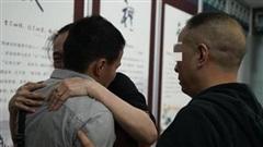 Bị bắt cóc lúc 5 tuổi, người đàn ông xúc động khi được đoàn tụ với gia đình sau 26 năm