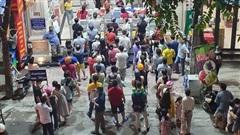 Người Hà Nội 'đội mưa', xếp hàng dài như thời bao cấp chỉ để mua được cặp bánh trung thu