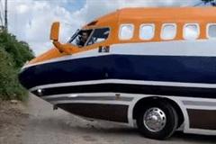 Độ ô tô thành máy bay, thanh niên vất vả ôm cua trong đường làng