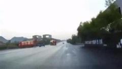Phanh gấp tránh tai nạn, xe bồn drift cực mạnh rồi dừng lại với tư thế khó hiểu
