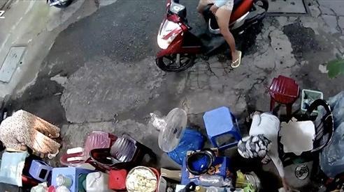 Truy bắt người phụ nữ xúi con trộm túi tiền của bà cụ bán cà phê vỉa hè