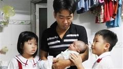 Vợ mất, chồng ôm 4 đứa con khờ dại: 'Mẹ con không về nữa đâu'