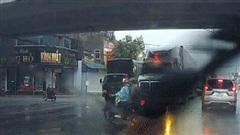 Liều lĩnh tạt đầu container, hai thanh niên thoát chết trong gang tấc