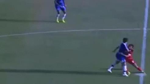 Cầu thủ Ai Cập tấu hài trên sân cỏ, ôm chân đối thủ quyết không rời