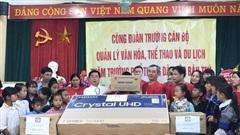 Trao tặng quà cho học sinh có hoàn cảnh khó khăn Mù Cang Chải