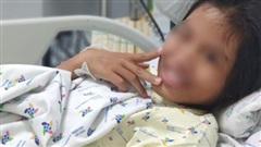 Nghĩ 'ba mẹ thương em hơn', bé gái 11 tuổi uống thuốc ngủ tự tử