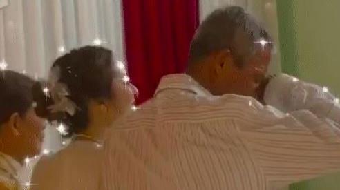 Xúc động khoảnh khắc cha già khóc nức nở, quay người đi, không dám chụp hình trong ngày con gái lên xe hoa
