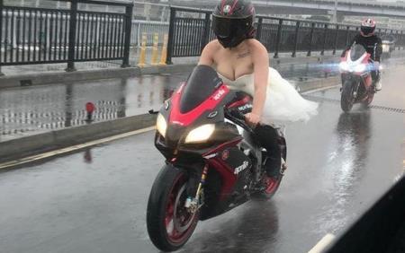 Mặc váy trễ nải rồi tự lái moto tới đám cưới, cô dâu khiến MXH bùng nổ