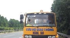 CSGT bắt quả tang xe cứu hộ giao thông chạy ngược chiều trên cao tốc