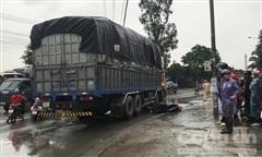 Xe tải ôm cua tông ngã xe máy rồi cán người đàn ông tử vong