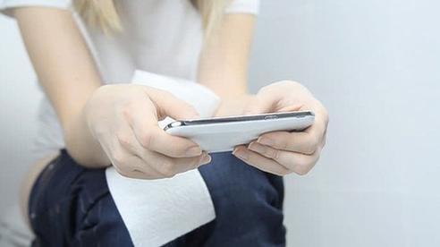 Nếu biết tác hại khủng khiếp này, chắc chắn không còn ai dám sử dụng điện thoại trong nhà vệ sinh