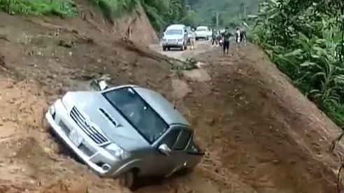Clip: Sạt lở đất ở Sơn La làm trôi xe bán tải, vài người vẫn liều lĩnh lại gần quay clip