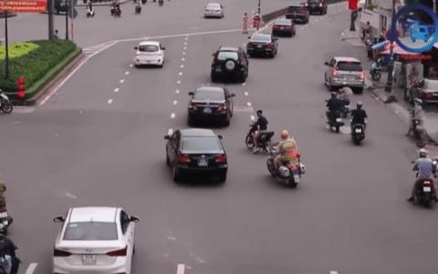 Clip: Nam thanh niên đầu trần, chạy xe máy định cắt ngang đoàn xe ưu tiên trên đường phố Sài Gòn