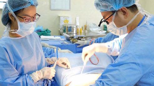 Phẫu thuật cắt bỏ da thừa, mỡ bụng 'giải cứu' người phụ nữ cân nặng 105 kg