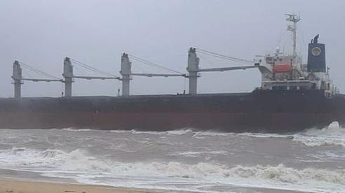 Tàu hàng 'siêu to', nặng gần 30 ngàn tấn bị trôi dạt mắc cạn ở bờ biển Quảng Bình