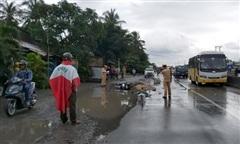 Tránh vũng nước trên đường, 2 người đi xe máy bị xe tải tông tử vong