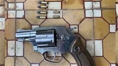 Khởi tố, bắt tạm giam đối tượng nổ 2 phát súng khi đòi nợ