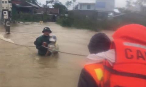 Nữ y tá ở Thừa Thiên – Huế bị lũ cuốn trôi, tử vong
