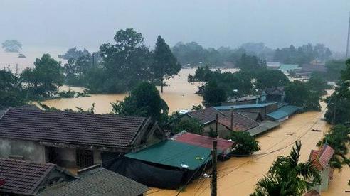 Huế- Quảng Trị:  Lũ lớn quay lại, người dân bì bõm trong biển nước