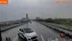 Clip: Thót tim khoảnh khắc ô tô con mất lái, đối đầu trực diện container