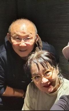 Vợ HLV Park Hang Seo đi tập thể dục cùng con trai