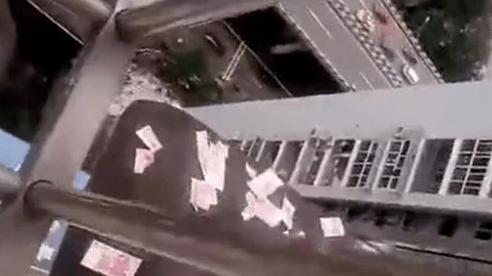 Ném tiền mặt xuống từ tầng 30, nam thanh niên ngáo đá nhận kết đắng