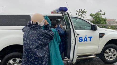 Công an Quảng Bình dùng bè vượt lũ đưa 3 sản phụ chuyển dạ đến bệnh viện sinh con
