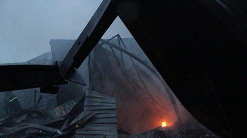 Cháy dữ dội nhà máy tôn ở Bình Dương khiến người dân hoảng loạn bỏ chạy