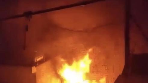 TP HCM: Xưởng gỗ trong KCN cháy ngùn ngụt lúc nửa đêm