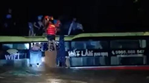 Xe khách chở 20 người bị lũ cuốn trôi, lỗi do tài xế đi liều?