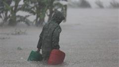 Ảnh: Mưa lũ lịch sử ở Quảng Bình, nước ngập quốc lộ 1A hơn một mét, xe cộ chôn chân hàng km