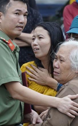 Xé lòng tiếng khóc người thân chờ đón thi thể các cán bộ chiến sĩ Đoàn kinh tế 337 được đưa về
