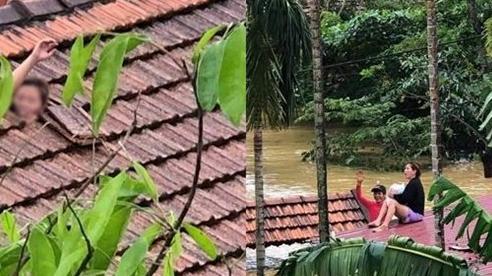 Cảm động tình người giữa cảnh mưa lũ ở Quảng Bình: Người đàn ông giúp người phụ nữ bế con nhỏ vẫy tay kêu cứu qua nóc nhà