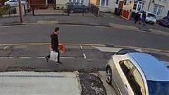 Đang đi bộ thì thấy ô tô 'bay' đến từ phía sau, người đàn ông chạy marathon thoát nạn trong gang tấc