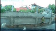 Màn lái ô tô siêu đẳng trong ngõ dài nhỏ hẹp của tài xế Hà Nam