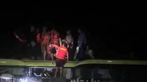 Quảng Bình: Cảnh sát giao thông cứu xe khách chở 20 người bị lũ cuốn trôi trong đêm
