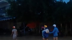 Lũ lớn, nửa đêm bồng con lên vệ đường, dựng lều trên quốc lộ tránh ngập