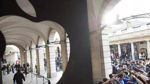 Sự cuồng nhiệt của người hâm mộ Apple mỗi lần iPhone lên kệ