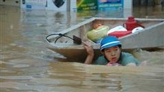 Người đàn ông kéo thuyền đi nhận hàng cứu trợ cho gia đình 7 người và những hình ảnh xót xa không thể nào quên nơi 'rốn lũ' Quảng Bình