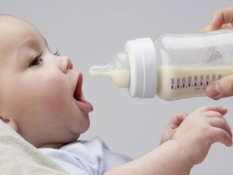 Trẻ sơ sinh bú bình có thể nuốt phải hàng triệu hạt vi nhựa mỗi ngày