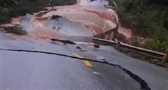 Nhiều tuyến đường ở Quảng Bình bị lũ làm sạt lở, giao thông ngưng trệ